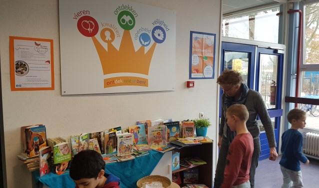 Een boek uitkiezen bij het kinderzwerfboekStation