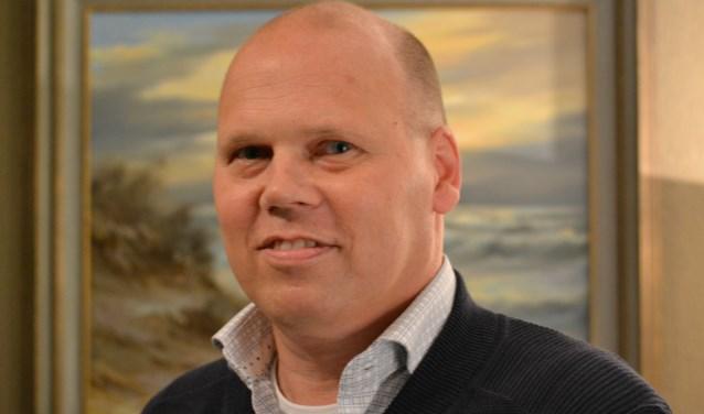 Omdat de therapie niet tijdig naar Nederland komt, wil Kees Dam naar de therapie toe.