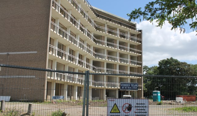 Machinale sloop van het Hoge Veld vindt plaats na asbestsanering in de vloerdelen van het gebouw.