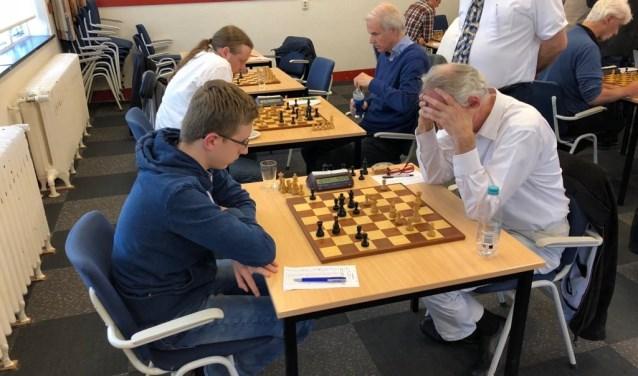 Terwijl wedstrijdleider Martin Roseboom toekijkt, strijden Rembrandt Bruil en Hotze Tette Hofstra (links) om de punten (foto: Ed de Beule)