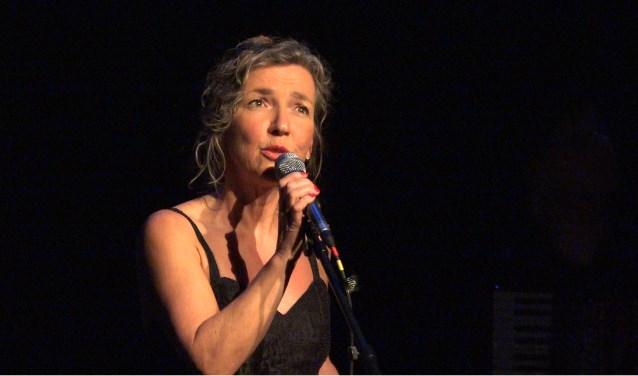 Rian van Nieuwkuijk speelt een thuiswedstrijd deze zondag in Theater de Molen. Ze brengt daar chansons van Barbara en Piaf.