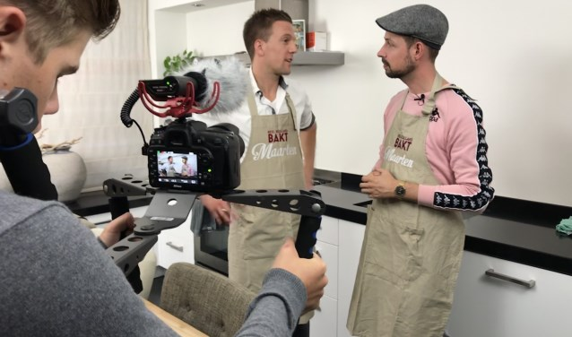 Maarten Tuit (r) interviewt Maarten van der Klis (l). Ze worden gefilmd door Olievier Cleijpool. Maarten van der Klis nam al eerder deel aan Heel Holland Bakt. FOTO: Karin Peperkamp