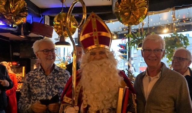 Sinterklaas op bezoek tijdens het afscheidsfeest van kappers Bram en Theo Verstraten van Trendsetter.