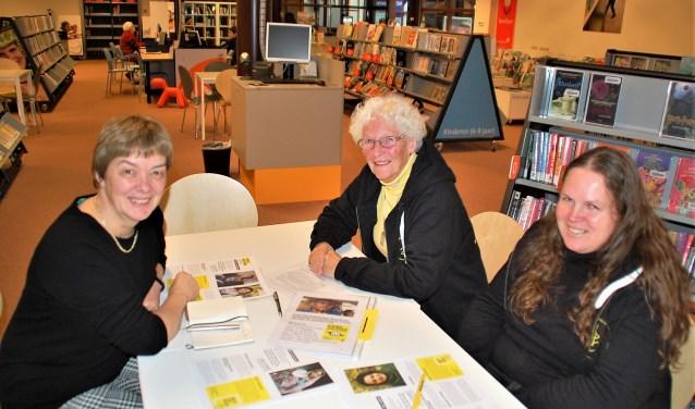 Willy van de Schoot, Nita Verhoeven en Dinette Machielsen helpen in december weer met het schrijven voor Amnesty.