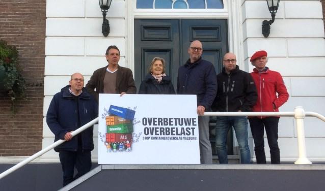 Bezorgde bewoners die solliciteren naar de burgemeestersvacature bij het gemeentehuis van Overbetuwe