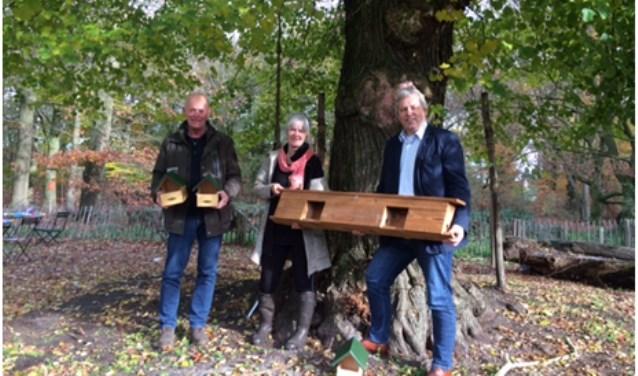 V.l.n.r. Henk Willems (ANV Raamvallei), Marianne van Heijningen (Belevingsboerderij de Nieuwenhof) en Jos van den Boogaart (wethouder gemeente Mill en Sint Hubert). (eigen foto)