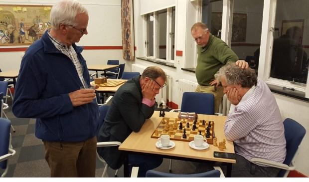 Martin Markering lijkt met zijn handen in het haar te zetten tegen René Bakker. (foto: Rinus van der Molen)