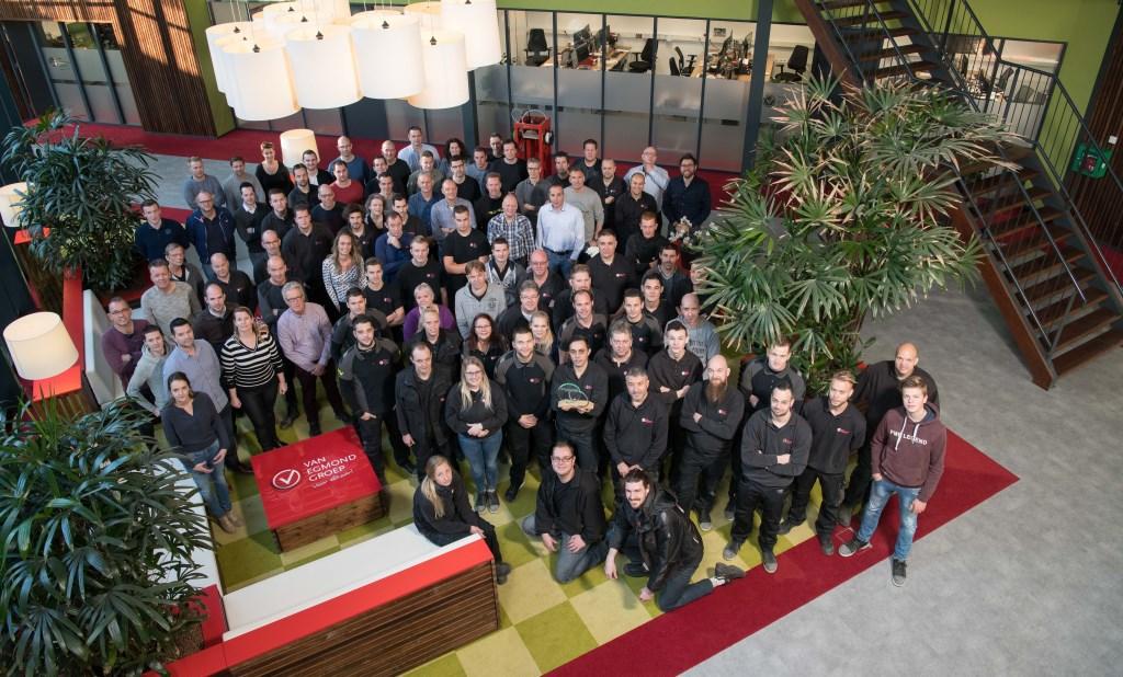 Medewerkers Van Egmond Groep zijn blij met deze klantwaardering en de bijbehorende award Foto: Carlo Stevering © Persgroep