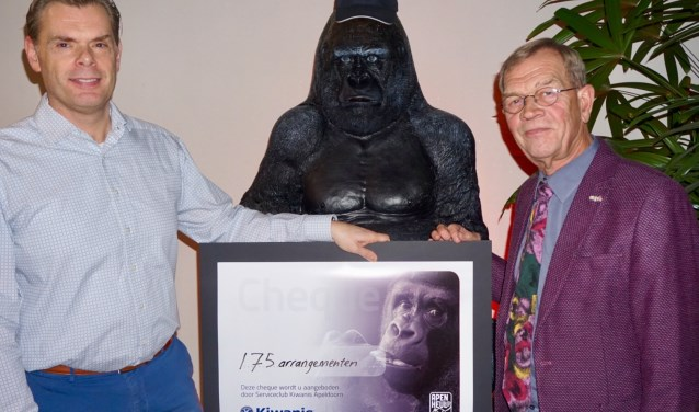 Geert Hoogeboom (r), vice voorzitter van Voedselbank Apeldoorn, ontavngt van Jeroen Fledderus, voorzitter Kiwanis Apeldoorn, de 175 arrangementen voor een onbezorgde dag in Apenheul.