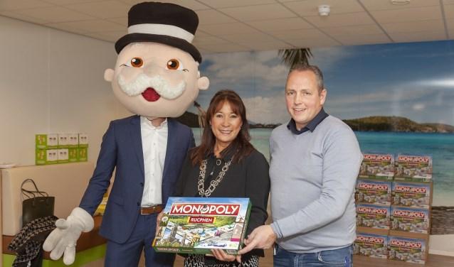 Burgemeester Marjolein van der Meer Mohr krijgt de nieuwe editie Monopoly Rucphen overhandigd. V.l.n.r. Mr. Monopoly, Burgemeester Marjolein van der Meer Mohr, Peter Manniën.