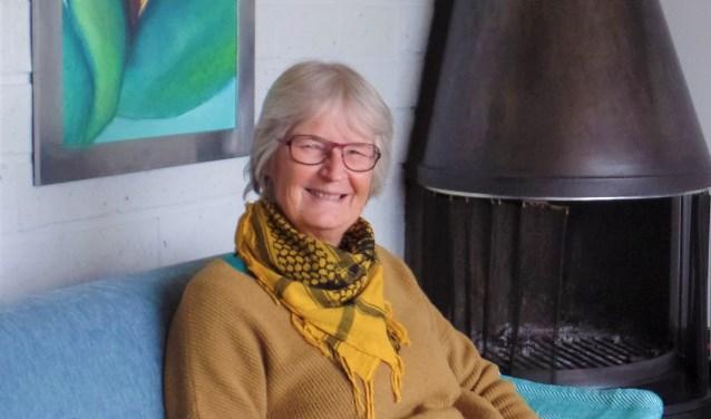 Bep van Veenendaal in haar woonkamer. Haar boekje 'Als woorden dansen' blijft tot zaterdag 1 december nog even een verrassing.