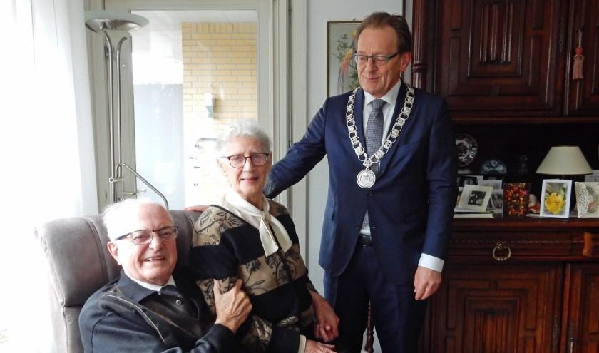 De heer en mevrouw Van Doleweerd - Baars zijn op tijd terug in Zeist om hier hun 60-jarige bruiloft te vieren in de geboorteplaats van de bruidegom.
