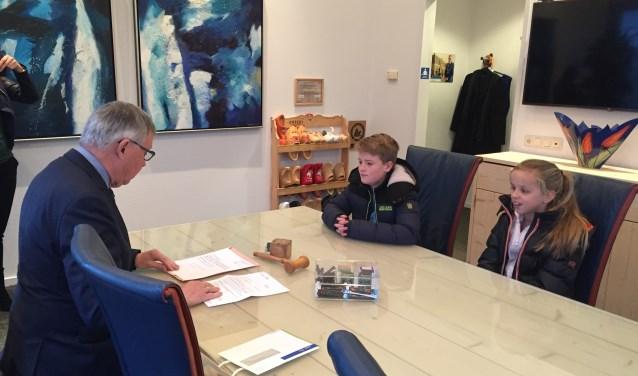 Luuk en Femke hebben de vergunning voor de actie ontvangen van burgemeester Robben. Eigen foto.