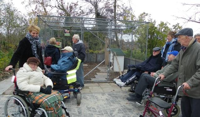 Door het nieuwe verharde wandelpad kunnen ook mensen met rolstoel of rollator de hele natuurtuin bezoeken. FOTO: Morvenna Goudkade