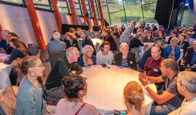 De aanwezigen waren druk met elkaar in gesprek. FOTO: Hans Lebbe