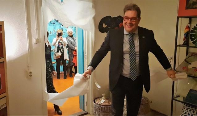 Wethouder Jan Iedema is aangenaam verrast als hij als eerste de nieuwe ruimte mag betreden.