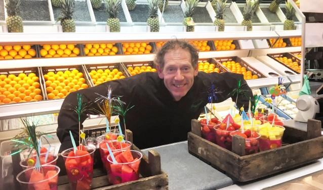 Marco in zijn fruit- en groente winkel.