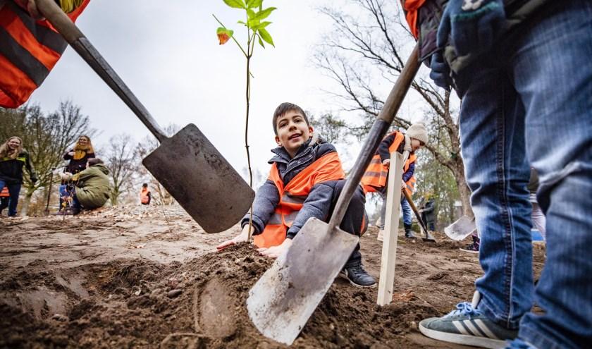 Basisschoolleerlingen planten eerste Tiny Forest in Apeldoorn. (foto Rob Voss)