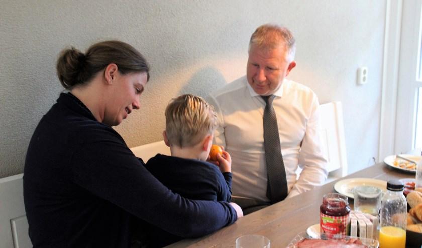 Nog even een mandarijntje na het ontbijt. Wethouder Gert van den Berg op bezoek bij Hanneke van Tol en pleegkind. Foto Dick Baas