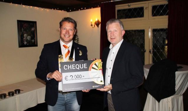 Henk van de Kolk, voorzitter van de Tafelronde kon wethoouder Gert van den Berg een cheque overhandigen voor het jeugdsportfonds. Foto Dick Baas