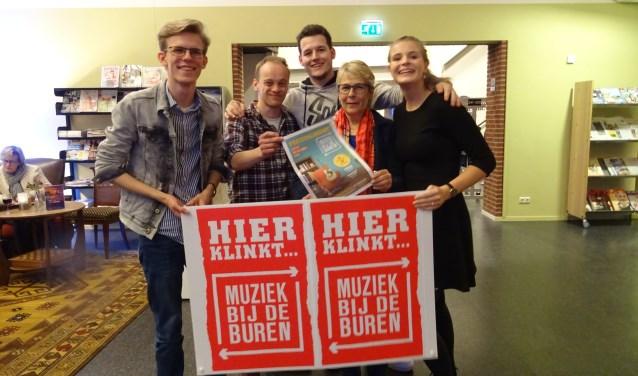 De bandleden van Droof met activiteitenbegeleider Rosalien Hilderink van Livio. Foto: Tanja Lammers.