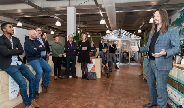 De nachtburgemeester van Zwolle, Jeroen van Doornik, opent Starterscentrum Regio Zwolle in Brainz. Foto: Regiolokaal