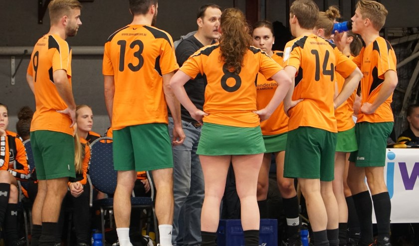 Coach Jesper Oele zweept het team van SDO Blijwerkt op. FOTO: Kevin den Otter