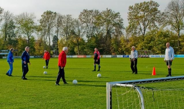 Vrijdag trainden de oldstars voor het eerst op het veld op sportcomplex De Kamp. (Foto: Maaike van Helmond)