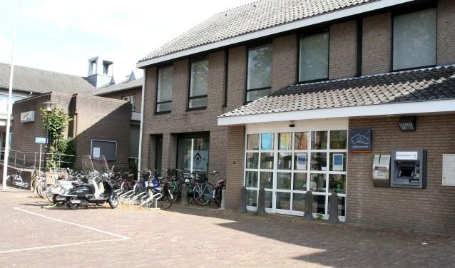 Het oude gemeentehuis en de voormalige Rabobank aan de Dorpstraat in Leende. Foto: Theo van Sambeek