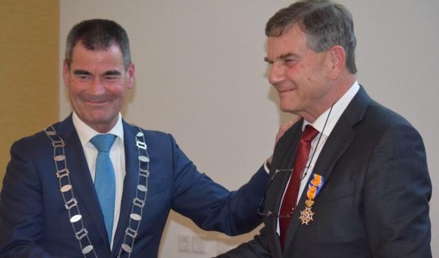 Burgemeester De Jong feliciteert hem. Dr. Jules Schagen van Leeuwenis voortaan officier in de orde van Oranje-Nassau.Foto: St. Antonius