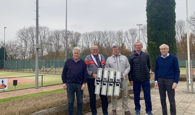 De besturen Stichting Tennispark Hengelder en Tennisvereniging Zevenaar tonen trots de nieuwe LED-verlichting. (foto: PR)
