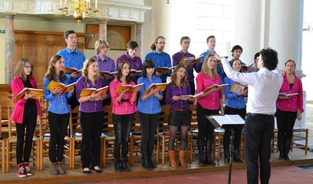 Jongerenkoor 'Samen op Weg' onder leiding van dirigent Rienk Bakker. Op zondagmiddag 2 december zingen zijn een Choral Evensong.