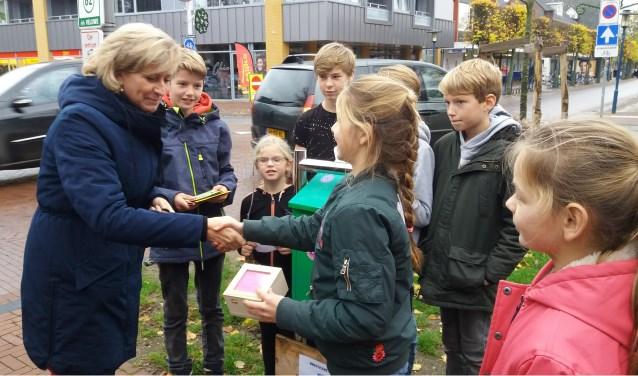 De overhandiging van de brievenbussleutel aan wethouder Lia de Waard. (foto: Carla Adelaar)