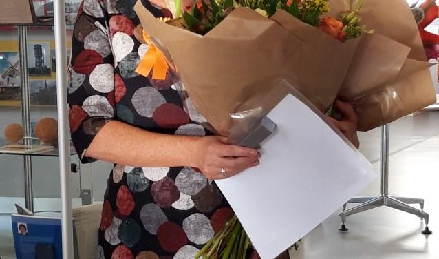 Met een officiële oorkonde, lintje en grote bos bloemen werd Thirza Zellerer TaalHeld van 2018. Ze is genomineerd door Fatiha Ben Allal.