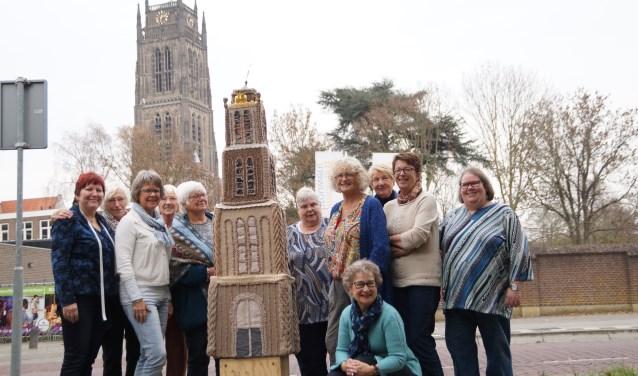 Deze dames hebben gewerkt aan de gebreide versie van de toren. Ben je benieuwd? Binnenkort staat de toren in de Sint Maartenskerk.