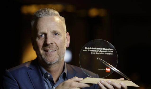 Algemeen Directeur Casper Gerritsen toont trots de DISCA-award 2018