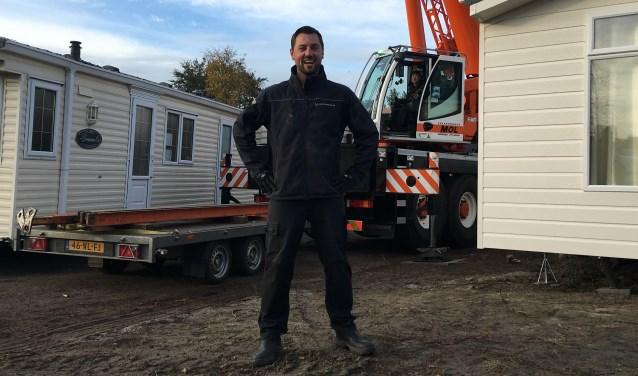 Kenneth de Vrieze voor twee nieuw te plaatsen caravans op zijn camping in Ouwerkerk. FOTO: Gerrit van loon
