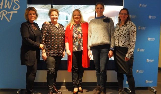 Van links naar rechts de boerinnen Simone Koggel, Heleen Lansink, Irene Bruins en Andra Westerhof. In hun midden gedeputeerde Hester Maij. Foto: Bas van Dishoeck / Provincie Overijssel