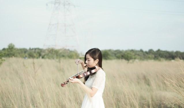 Illustratie. Kind speelt viool.