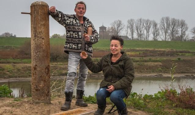 Irma Loeffen en Piet Wammes bij 'dn bol' en de herinneringsplaat. (Foto Berco Buter)