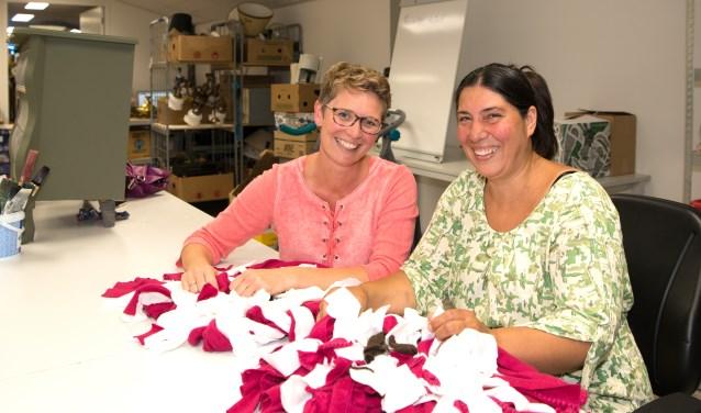 Annemarieke en Zamira bezig met het maken van hondensnuffelmatten. Deze werden in de kringloop verkocht.
