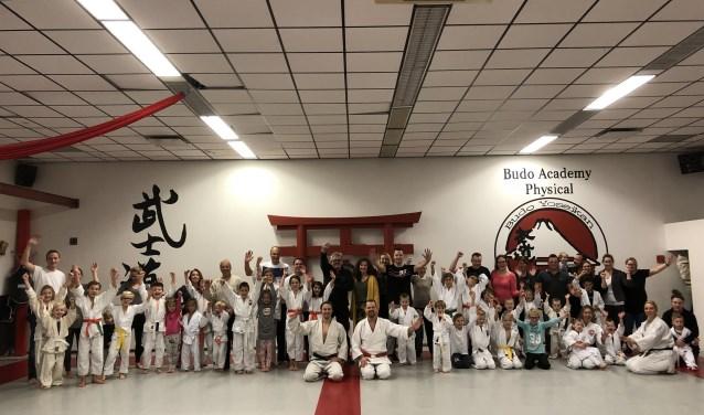 Judogroep die ouders een clinic judo hebben gegeven.