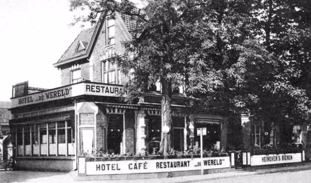 Een ansicht van het Stationsplein met Hotel Café Restaurant De Wereld, dat tot 1936 Hotel Continental heette (collectie Theo Buysman).