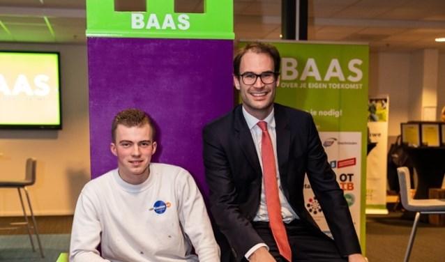 Wethouder Peter Heijkoop, regionaal Arbeidsmarktbeleid, en derdejaars student Schilder Rutger van Antwerpen.