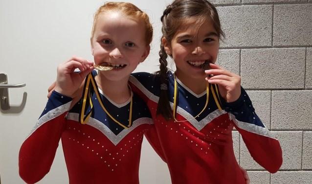 Nikke en Sophie met een gouden en bronzen medaille.