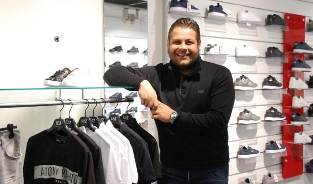Ibo Ocal in zijn zaak Sneaker World die sinds 2008 aan het Maandereind gevestigd is.