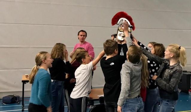 Leerlingen van groep 8 OBS de Horizon met hun hoofdprijs van De Grote Geschiedenis Game