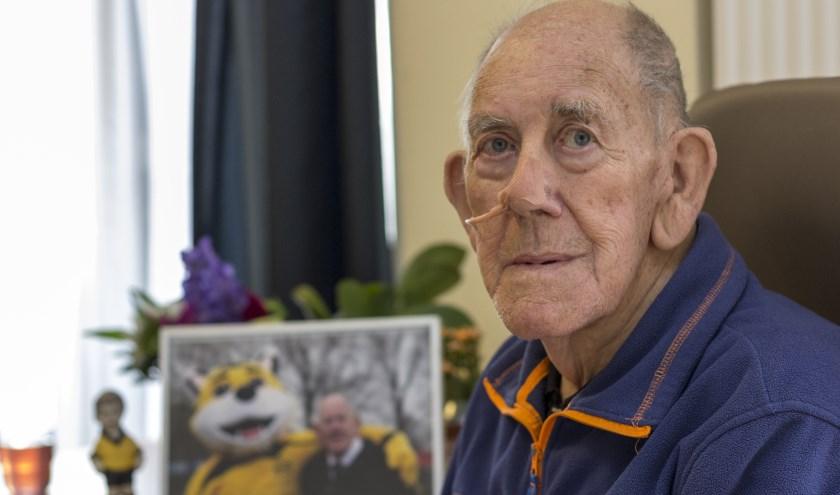 Albert Veldhuis blikt in Zevenaar Post terug op zijn leven. Op de achtergrond een foto met Albert naast Appie. (foto: Bas Bakema)