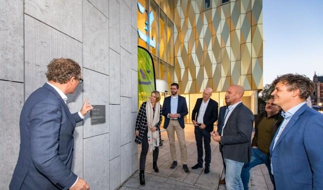 Aanbrengen Stichting Architectuurplaquette bij Zinder door architect, bouwers en opdrachtgever.