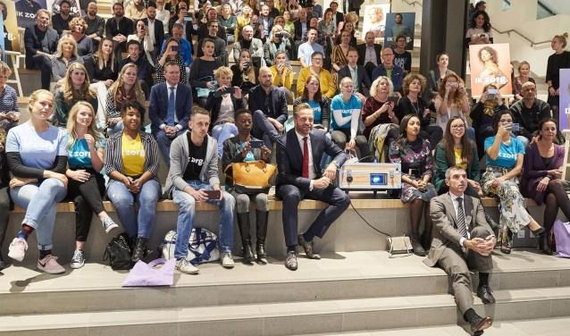Minister Hugo de Jonge, minister Bruno Bruins en staatssecretaris Paul Blokhuis gaven het startsein voor de campagne samen met tientallen mensen die in de zorg (gaan) werken en hard op zoek zijn naar collega's.